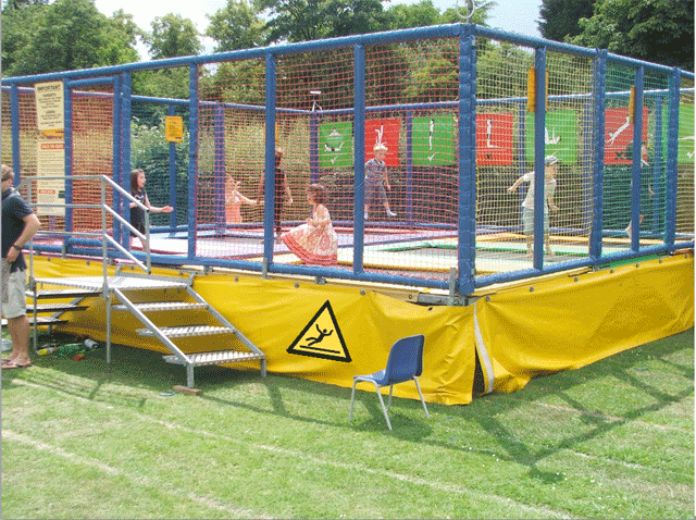 2 trampolines dehors
